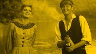 Młoda kobieta i mężczyzna stroją nad rzeką, patrzą w dal, uśmiechają się. Ona ubrana jest w sukienkę z długimi rękawami i koronkowym kołnierzem. On ma białą koszulę i ciemną kamizelkę, na głowie czapkę z daszkiem