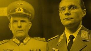 Dwóch żołnierzy w niemieckich mundurach z czasów II wojny światowej w półżbliżeniu.
