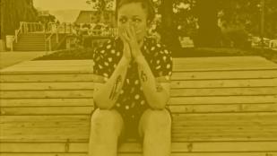 kadr z filmu kręć wrocław autorstwa alony olefir, przedstawia młodą dziewczynę siedzącą na ławce w parku