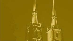 kadr z filmu kręć wrocław autorstwa darii mostowej, przedstawia wieże wrocławskiej katedry nocą